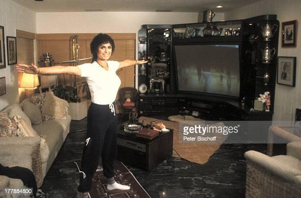 Daliah LaviGans Aerobic†bungen Homestory Wohnzimmer Miami Florida USA Nordamerika Sport turnen GrossbildTV Sofa Tisch Sängerin ExSchauspielerin...