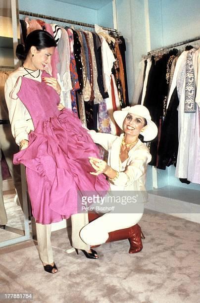 Daliah LaviGans als Verkäuferin in Nobelboutique Camille MayfairEinkaufszentrum Touristin Miami Florida USA Nordamerika Kleider Anprobe Hut Beratung...