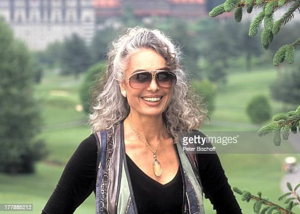 "Daliah Lavi-Gans, Ausflug, ""Grove Park-Inn""-Hotel, Golfplatz, Asheville, North Carolina, USA, Nord - Amerika, Natur, Sonnenbrille, Sängerin,..."