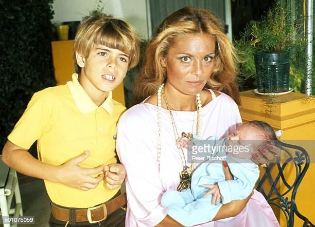 Daliah LaviGans Baby Alexander Sohn Rouven Sunset Island Miami Beach Florida United States of America NordAmerika Homestory im Arm halten umarmen...