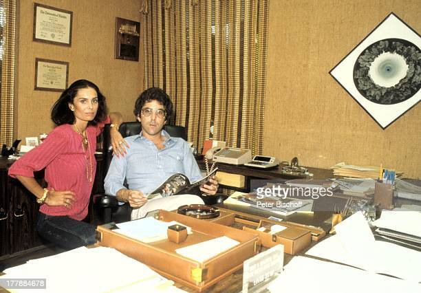 Daliah LaviGans Ehemann Chuck Gans Homestory Büro Miami Florida USA Nordamerika Unterlagen Schreibtisch Telefon Aschenbecher Magazin Sängerin...
