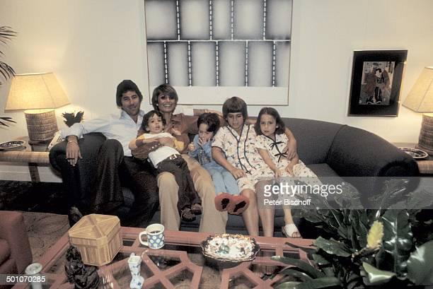 Daliah LaviGans Ehemann Chuck Gans Sohn Alexander Sohn Steven Sohn Rouven Tochter Cathy Homestory Wohnzimmer Miami Florida USA Nordamerika Sofa Tisch...