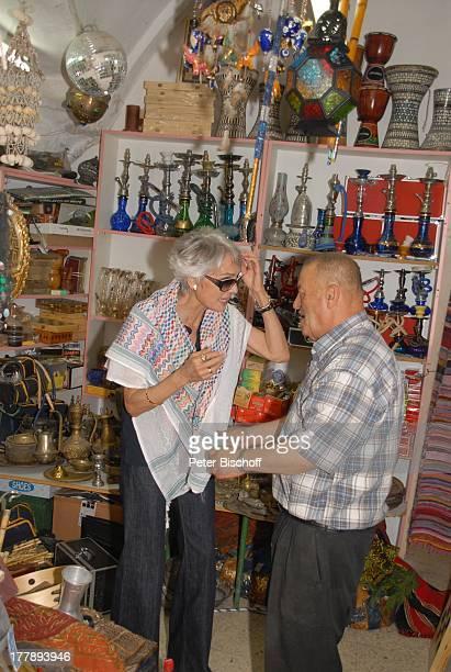 Daliah LaviGans einheimischer Verkäufer MarktBummel Urlaub Jerusalem Israel Naher Osten Urlaub Sonnenbrille Basar Laden für Wasserpfeifen helfen...