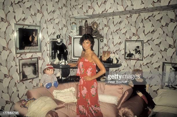 Daliah LaviGans Homestory Schlafzimmer Miami Florida USA Nordamerika Bilder Sofa Puppen Marionetten TV Kissen Overall Schulterfrei Sängerin...