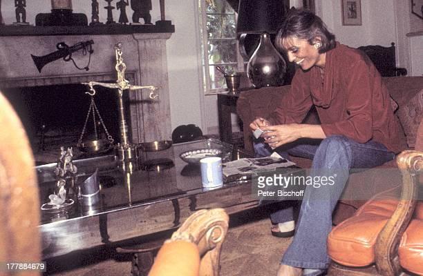 Daliah LaviGans Homestory Wohnzimmer Miami Florida USA Nordamerika Kamin Sofa Waage Aschenbecher ZigarettenSchachtel Becher Tasse Sängerin...