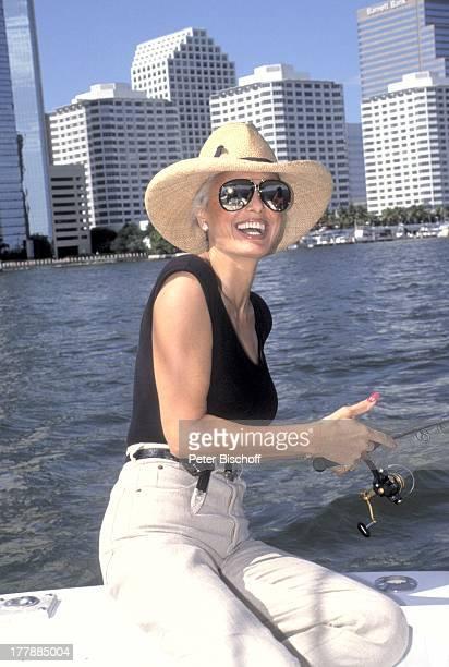 12 Oktober 1942 Sternzeichen Waage Miami Florida USA Nord Amerika Skyline See Meer Angel angeln Sonnenbrille Hut Sängerin Schauspielerin SI PNr...