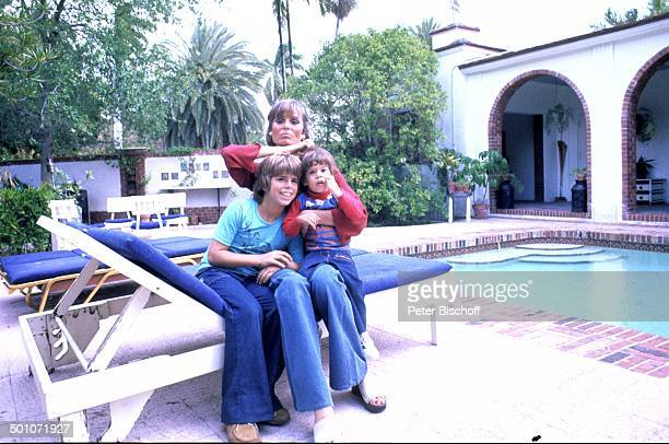 Daliah LaviGans Sohn Alexander Sohn Rouven Homestory Garten Miami Florida USA Nordamerika SwimmingPool Schwimmbecken Liege Wasser Palmen Büsche Kind...