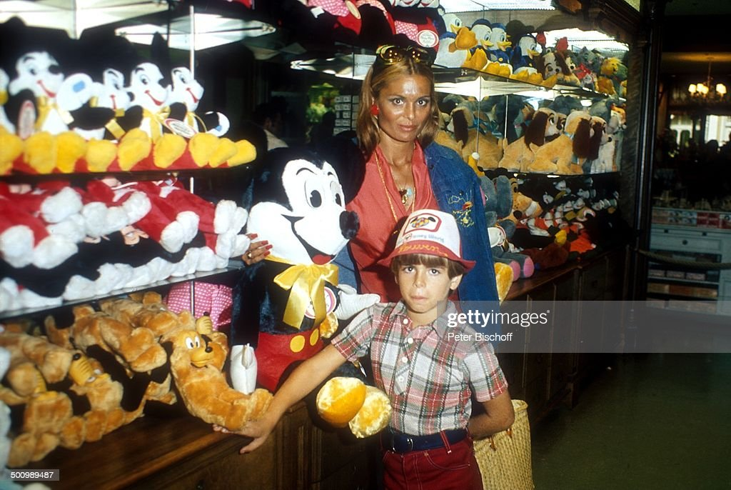 Daliah Lavi-Gans , , Sohn Rouven, Disneyworld, Orlando/Florida/USA, 08.03.1975, Verg : News Photo