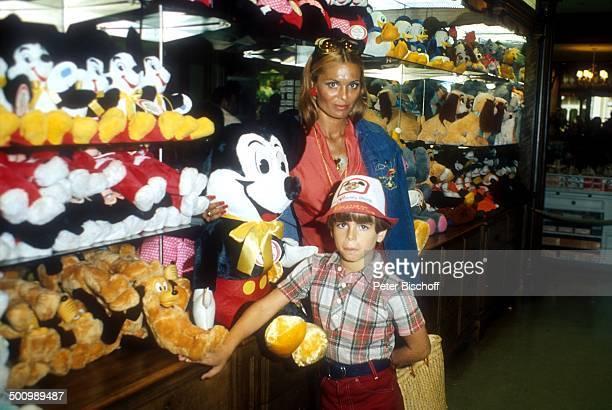 Daliah LaviGans Sohn Rouven Disneyworld Orlando/Florida/USA Vergnügungspark Freizeitpark Comicfigur Micky Maus Besucher Mickey Mouse Promi Promis...