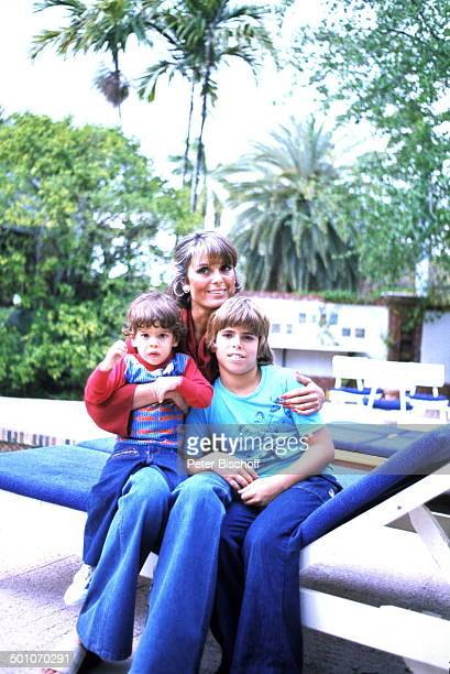 Daliah LaviGans Sohn Rouven Sohn Alexander Homestory Garten Miami Florida USA Nordamerika Palmen Büsche Liege kuscheln umarmen Kind Sängerin...