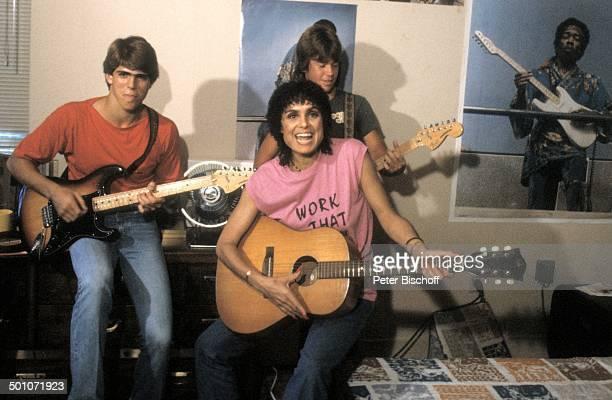 Daliah LaviGans Sohn Rouven Sohn Steven Homestory Miami Florida USA Nordamerika musizieren Gitarre Musikinstrument Poster Plakat Sängerin...