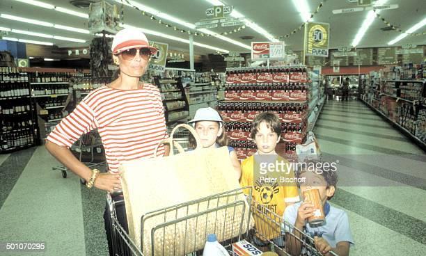Daliah LaviGans Tochter Cathy Sohn Steven Sohn Alexander Einkaufszentrum Miami Florida USA Nordamerika Lebensmittel Einkaufswagen Tasche Mütze...