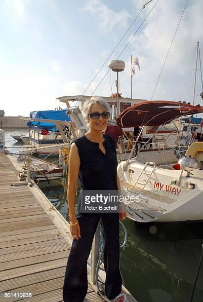 Daliah LaviGans Urlaub Jaffa Israel Naher Osten Hafen Anlegesteg MotorYacht Boot Mittelmeer Sonnenbrille alte Heimat der Sängerin SchlagerSängerin...