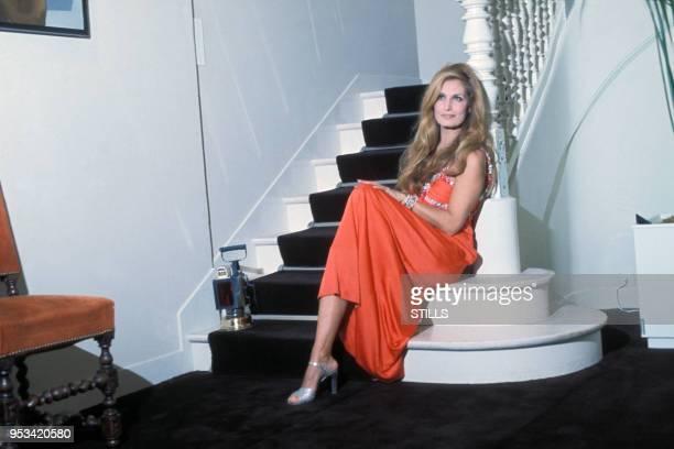 Dalida chez elle dans sa maison de Montmartre à Paris en 1975, France.