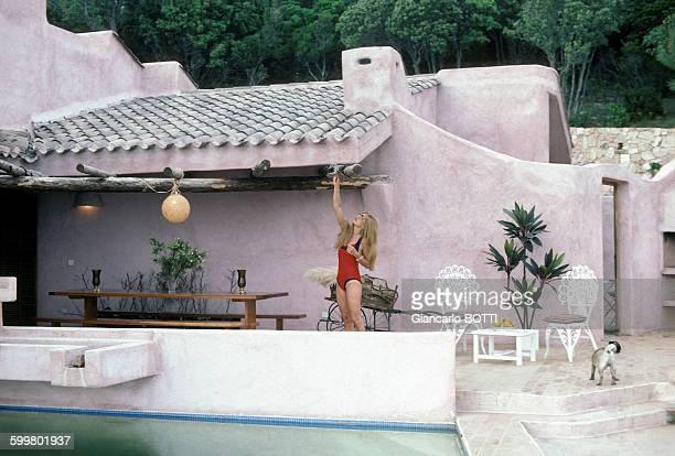 Dalida en vacances dans sa maison en Corse dans les années 70 en France