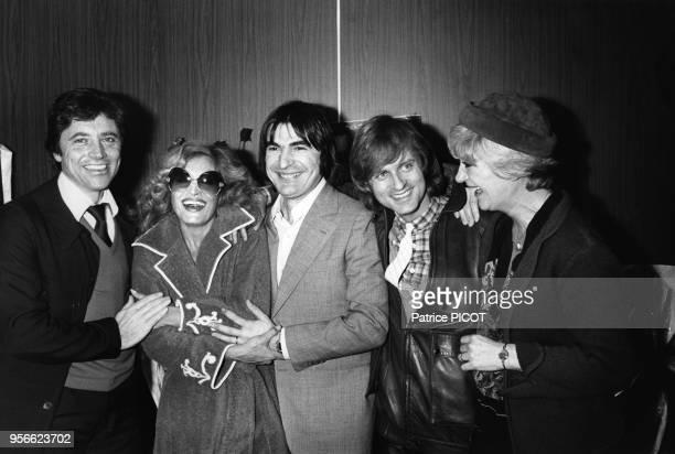Dalida est félicitée par Sacha Distel Serge Lama Dave et Alice Dona après sa 1ère au Palais des Sports à Paris le 10 janvier 1980 France