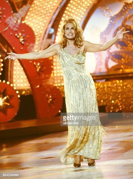 """Dalida, Sängerin, Frankreich - Auftritt in der Sendung """"Ein Kessel Buntes"""" des DDR-Fernsehen - Oktober 1983"""