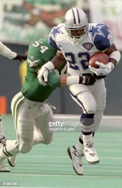Dallas Cowboys running back Emmitt Smith breaks away Philadelphia Eagles Britt Hager during the second quarter at Philadelphia's Veterans Stadium 04...