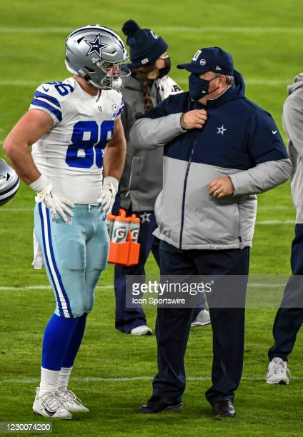 Dallas Cowboys tight end Dalton Schultz talks with Dallas Cowboys Dallas Head Coach Mike McCarthy prior to the Dallas Cowboys game versus the...