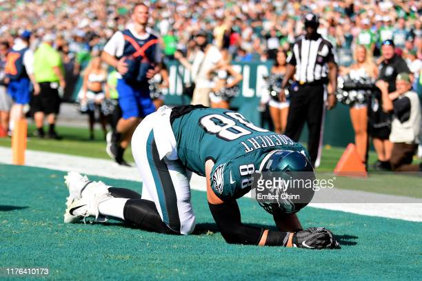 PHILADELPHIA PENNSYLVANIA SEPTEMBER 22 Dallas Goedert of the Philadelphia Eagles reacts after failing to complete a pass during their game against...