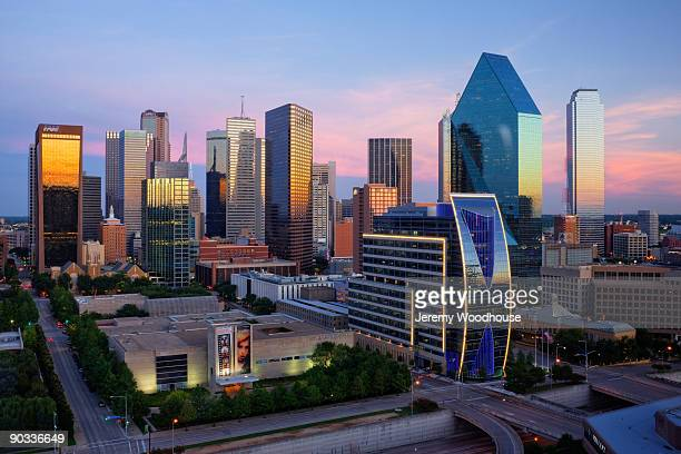 dallas skyline at dusk - dallas fotografías e imágenes de stock