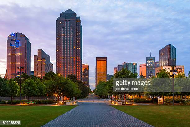 dallas skyline, klyde warren park, sunset, dallas, texas, america - dallas fotografías e imágenes de stock