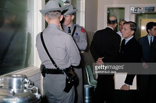 Dallas Texas Capital Dallas 1963 Dans un hôpital deux policiers portant des chapeaux Stetson gardent la chambre du gouverneur John CONNALLY blessé...