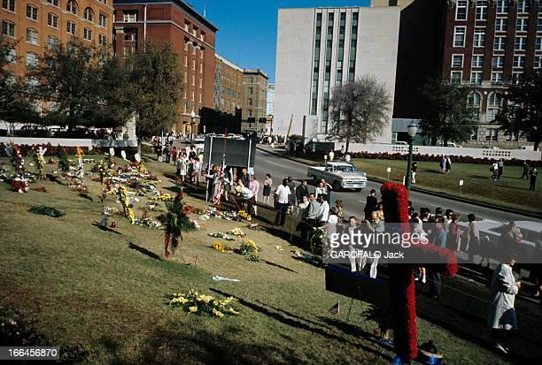 Dallas Texas Capital Dallas décembre 1963 A l'intersection de 'Elm Street' 'Main Street' et 'Commerce Street' un goupe de personnes devant le lieu de...