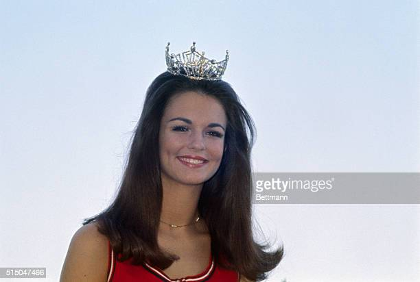 Phyllis George crowned Miss Texas in the Miss American contest