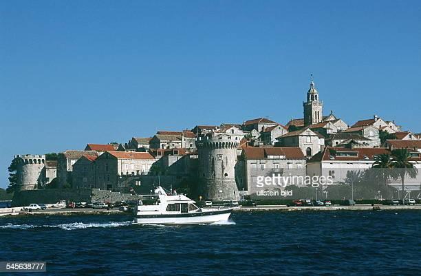 Dalmatien / Insel Korcula: Motorboot vor Korcula; i.H. Die Altstadt - 1999