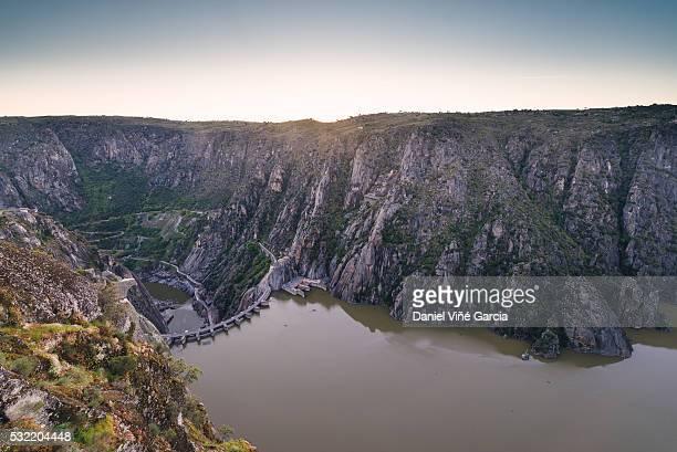 dam and reservoir of aldeadavila de la ribera - douro river stock-fotos und bilder