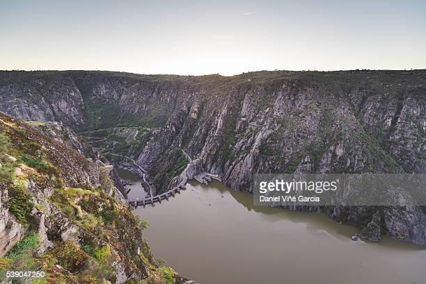 dam and reservoir of aldeadavila de la ribera - salamanca imagens e fotografias de stock
