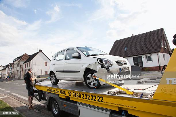 Beschädigten Auto nach Unfall auf der Abschleppwagen
