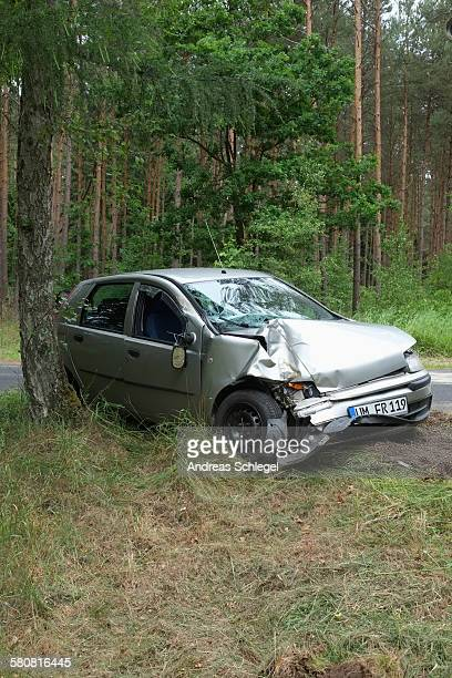 damaged car on roadside - crash photos stock-fotos und bilder