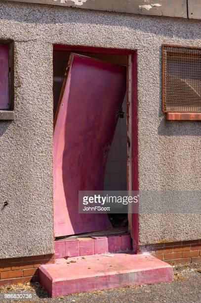 beschädigte schulgebäude - vandalismus stock-fotos und bilder