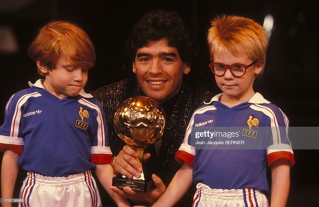 "Damaradona receives the ""golden ball 86"" in Paris, France on November 13, 1986. : News Photo"