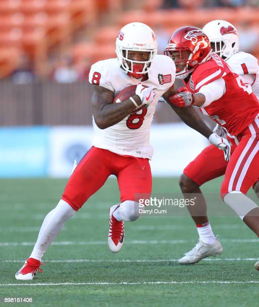 Da'Mari Scott of the Fresno State Bulldogs runs the ball and breaks free from Jeremy Winchester of the Houston Cougars during the first quarter of...