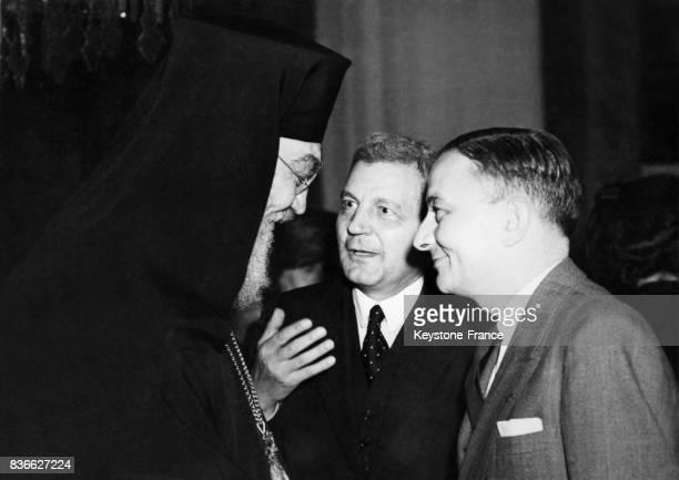 Damaskinos d'Athènes s'entretient avec Georges Bidault et monsieur Agnidies ambassadeur de Grèce en Angleterre à Londres RoyaumeUni circa 1950