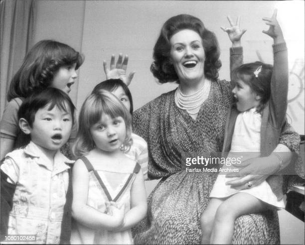 Dame Joan Sutherland singing twinkle twinkle little star with left to right Jeremy Hsu 41/2 Louise Schouten 31/2 in the front rowBack row left to...