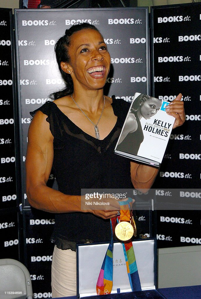 Photos et images de Dame Kelly Holmes Signs Her Book