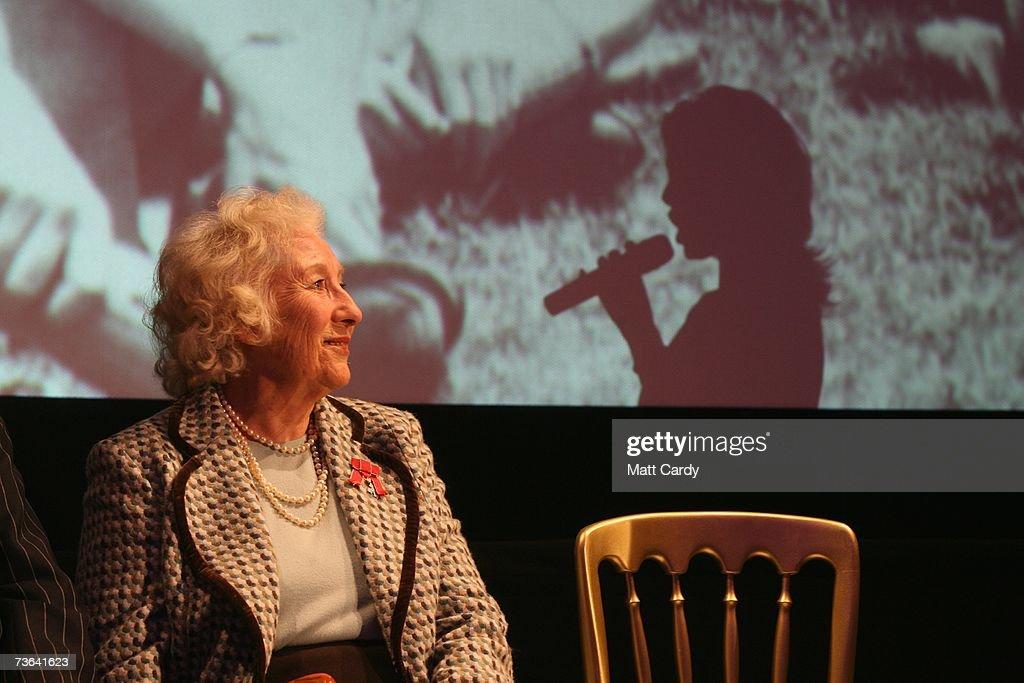 Dame Vera Lynn 90th Birthday Celebrations : Foto di attualità