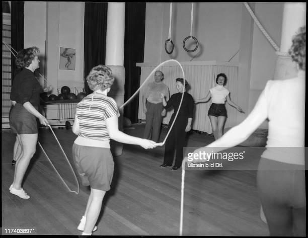 Damen beim Fitnesstraining in Zürich 1955