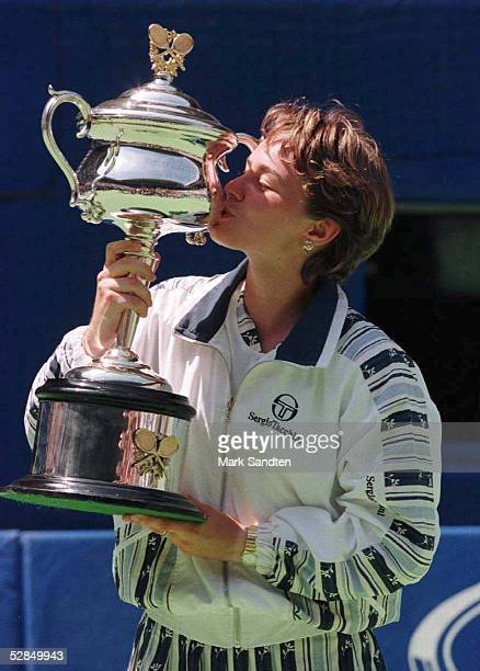 Damen Finale 25.1.97, Martina HINGIS kuesst den Pokal