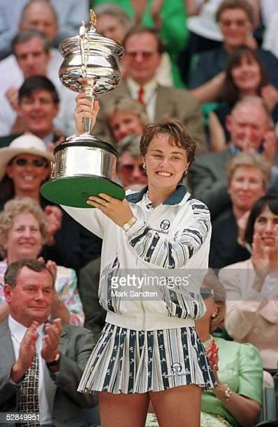 Damen Finale 25.1.97, Martina HINGIS mit Pokal