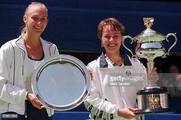 Damen Finale 25.1.97, Mary PIERCE und Martina HINGIS mit Pokalen