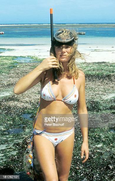 Jutta Speidel neben den Dreharbeiten zur ZDFReihe 'Traumschiff' Folge 10 'Damenbesuch' Episode 1 Kenia/Afrika Schauspielerin Urlaub tauchen...