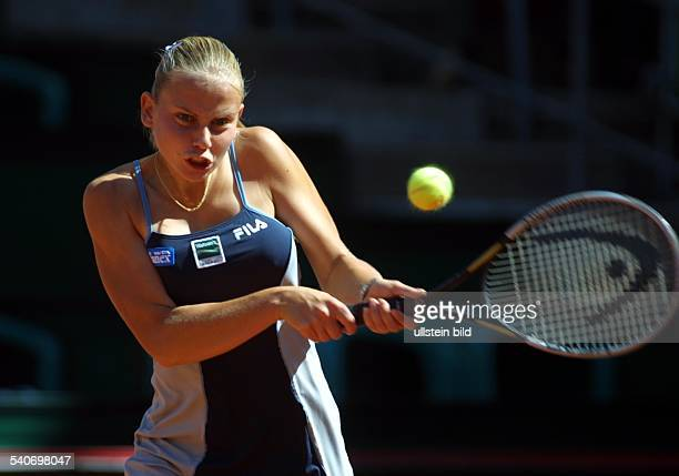 DamenTennisturnier am Hamburger Rothenbaum Tennisprofi Jelena Dokic beim beidhändigen Rückhandreturn Sie trägt ein Tenniskleid von FILA mit...