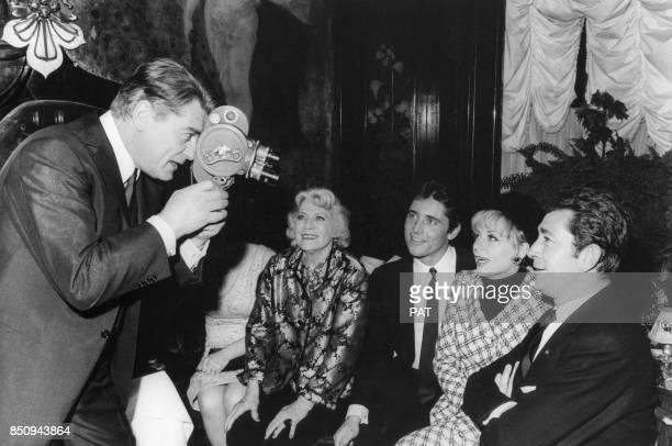 Damia Sacha Distel Annie Cordy et JeanClaude Pascal filmés par Jean Marais pour la sortie de son premier disque consacré à Jean Cocteau le 19 janvier...