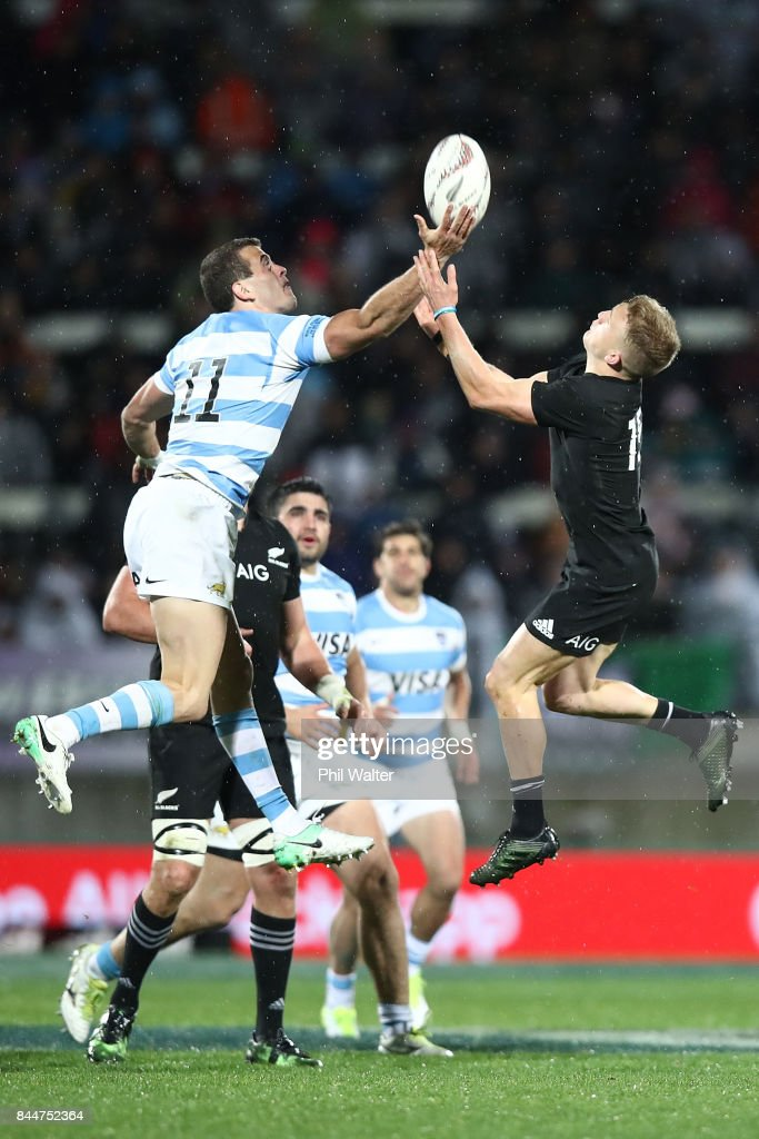 Damian McKenzie of the All Blacks (R) and Emiliano Boffelli of Argentina contest the high ball during The Rugby Championship match between the New Zealand All Blacks and Argentina at Yarrow Stadium on September 9, 2017 in New Plymouth, New Zealand.