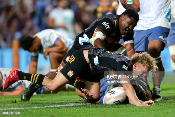 Damian McKenzie of the Chiefs scores the winning try during the round 5 Super Rugby Aotearoa match between the Chiefs and the Blues at FMG Stadium...